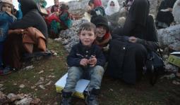 أسر سورية تقيم في العراء بعد نزوحها من إدلب تحت القصف الهائل