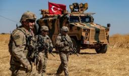 مجموعة عناصر من الجيش التركي إلى جانب دبابة