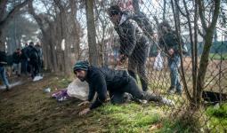 أحد المهاجرين خلال محاولته الدخول لليونان عبر حدودها مع تركيا