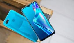 الهاتف متاح باللون الأزرق والأسود بسعر يعادل 160 دولارًا