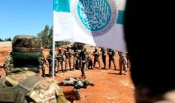 مجموعة من هيئة تحرير الشام ترفع علمها في سوريا