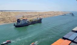 سفينة بضائع خلال عبورها قناة السويس
