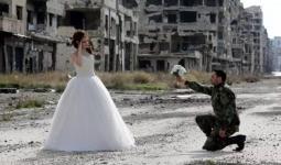 ضابط من ميليشيات الأسد مع عروسه وسط أنقاض مدينة حمص