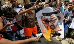 فلسطينوين يحرقون صورة محمد بن زايد