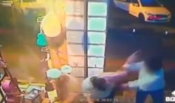 لحظة ضرب فتى تركي لرجل خمسيني في إسطنبول