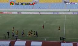 المعلق اندهش من حركة الحكم المساعد في إحدى مباريات تصفيات أمم أفريقيا
