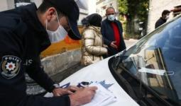 عنصر أمن تركي يحرر مخالفة بسبب التدخين في الأماكن العامة