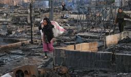 سوريون يعودون إلى مخيمهم بعد حرقه في شمالي لبنان