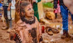 طفلة في فعالية الطين في شمال إدلب