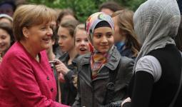 المستشارة الألمانية أنجيلا ميركل مع فتيات مسلمات