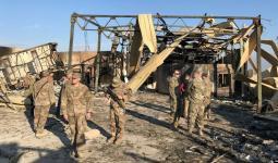 جنود أميركيون يعاينون الأضرار التي تعرضت لها قاعدة عين الأسد جراء القصف الإيراني مطلع العام الماضي