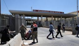 سوريون في المعبر التركي المقابل لباب السلامة