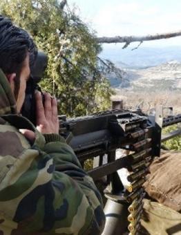 أحد الثوار أثناء استهدافه ميليشيات الأسد.