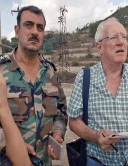لبريطاني روبرت فيسك برفقة عناصر من ميليشيات الأسد في سوريا عام 2012