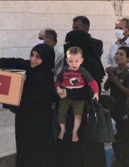 جانب من توزيع مساعدات تركية على أهالي الشمال السوري