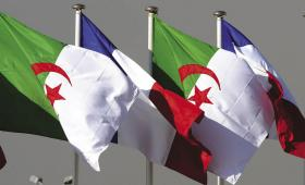 علم فرنسا والجزائر.