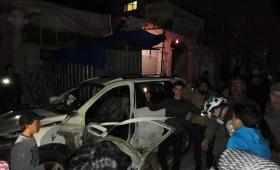 آثار الدمار في سيارة القيادي المستهدفة في الباب - الدفاع المدني