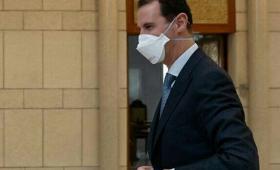 بشار الأسد يلبس كمامة.