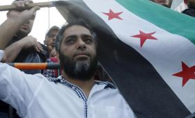 المطرب اللبناني فضل شكل مع علم الثورة السورية