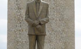 تمثال حافظ الأسد في ساحة الرئيس بحلب