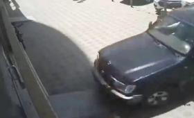 سعودية تدمر محلًا أثناء تدربها على القيادة