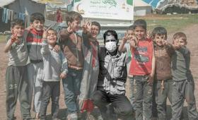 الناشط إياد النعسان بين عدد من الأطفال