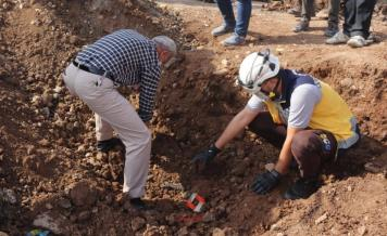 اثناء استخراج جثث من مقبر جماعية في حلب