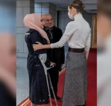اسماء الأسد مع الطالبة أنوار