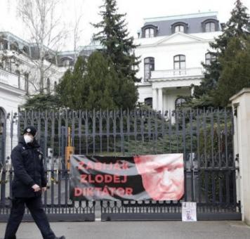 السفارة الروسية في براغ معلق على بوابتها لافتة معارضة للرئيس الروسي
