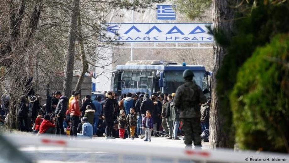 استهدف حرس الحدود اليوناني اللاجئين بقنابل الغاز المسيل للدموع ورشاشات الفلفل