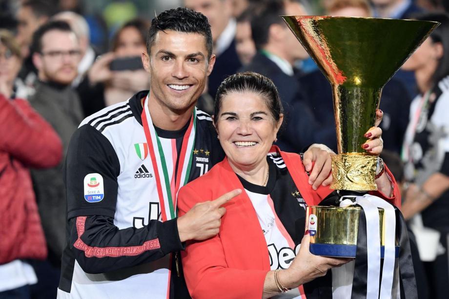"""ترك رونالدو التدريب مع ناديه """"يوفنتوس"""" الإيطاليمُتوجهاًإلى ماديرا مع زوجته ونجله."""