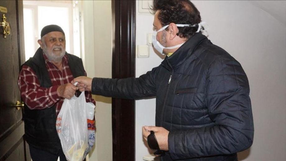 توزيع مساعدات على السكان في تركيا