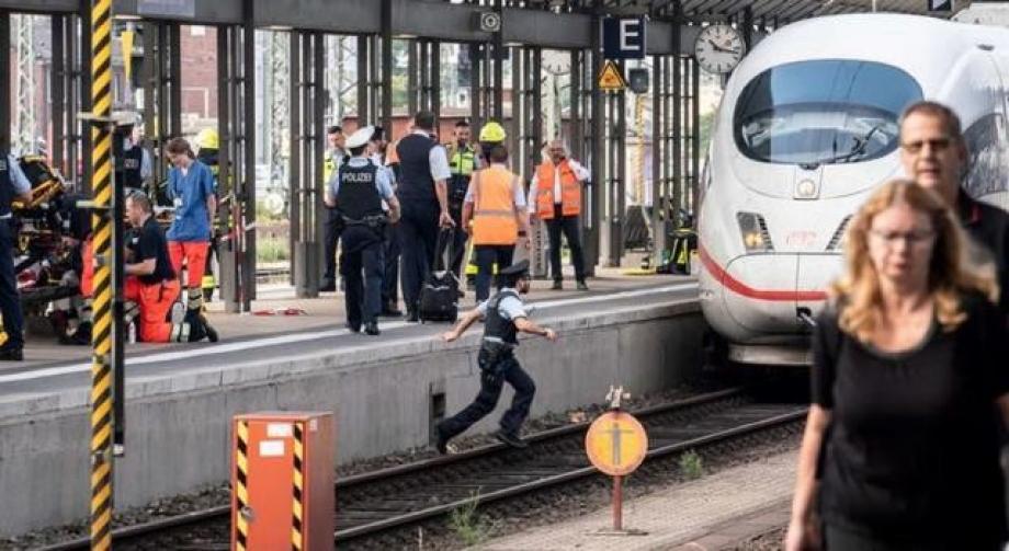 السائق لاحظ وجود أشياء غربية على مسار السكة فقام بتخفيف السرعة