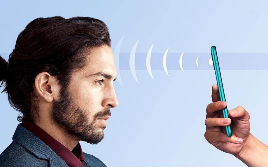 تم تجهيز الهاتف بشاشة LCD مقاس 6,53 بوصة