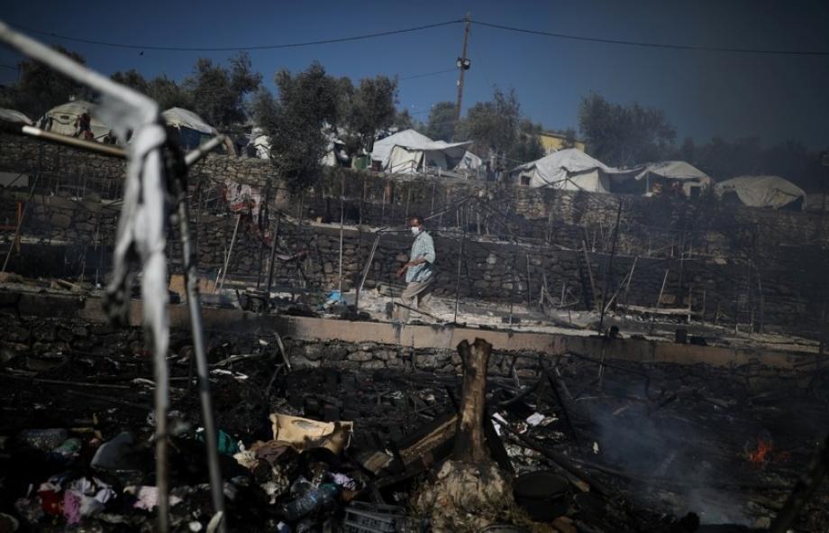 آثار الحريق الذي طال أكبر مخيم للاجئين في اليونان
