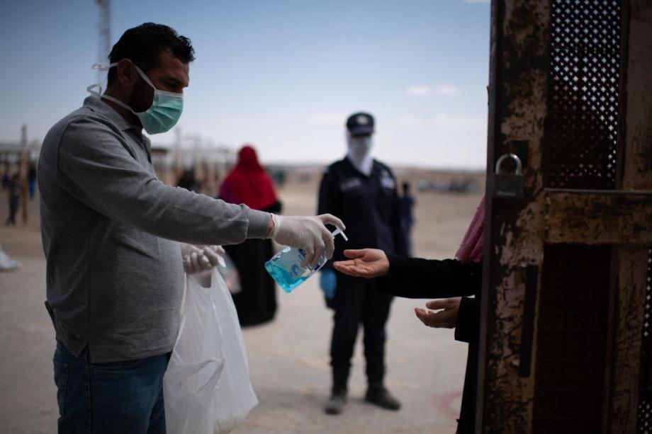 إجراءات تعقيم في مخيم الأزرق بالأردن