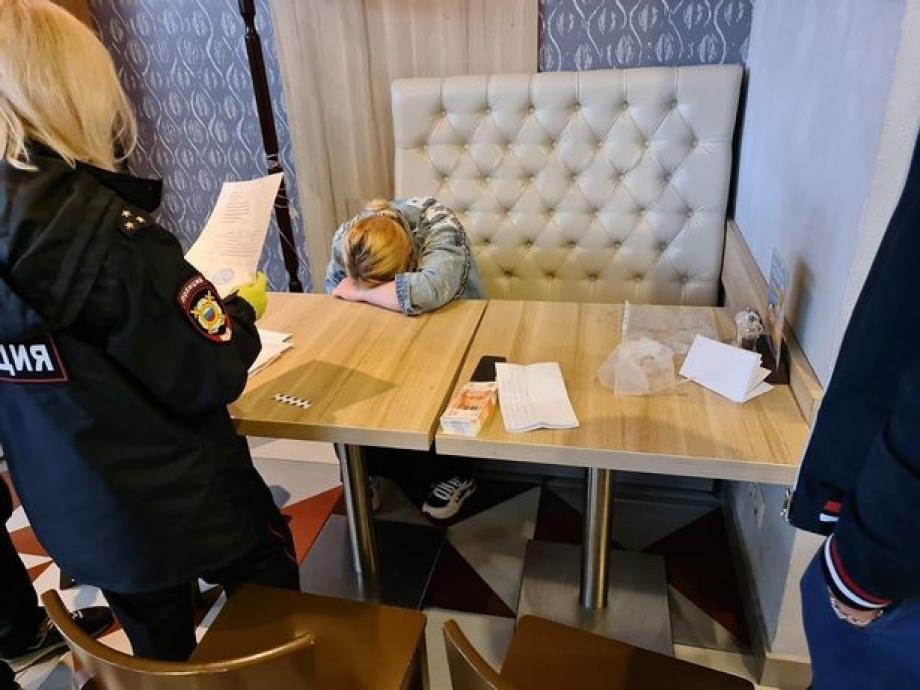 الروسية لحظة إلقاءالقبض عليها بسبب محاولة بيع طفلها
