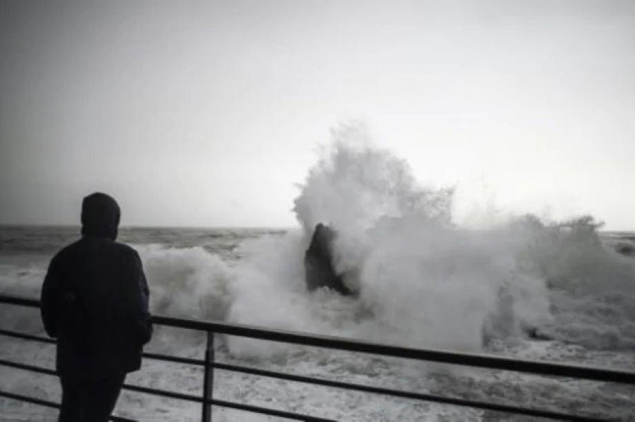 تفاصيل صادمة.. رجل يرمي ابنه في البحر لسبب لا يخطر على بال