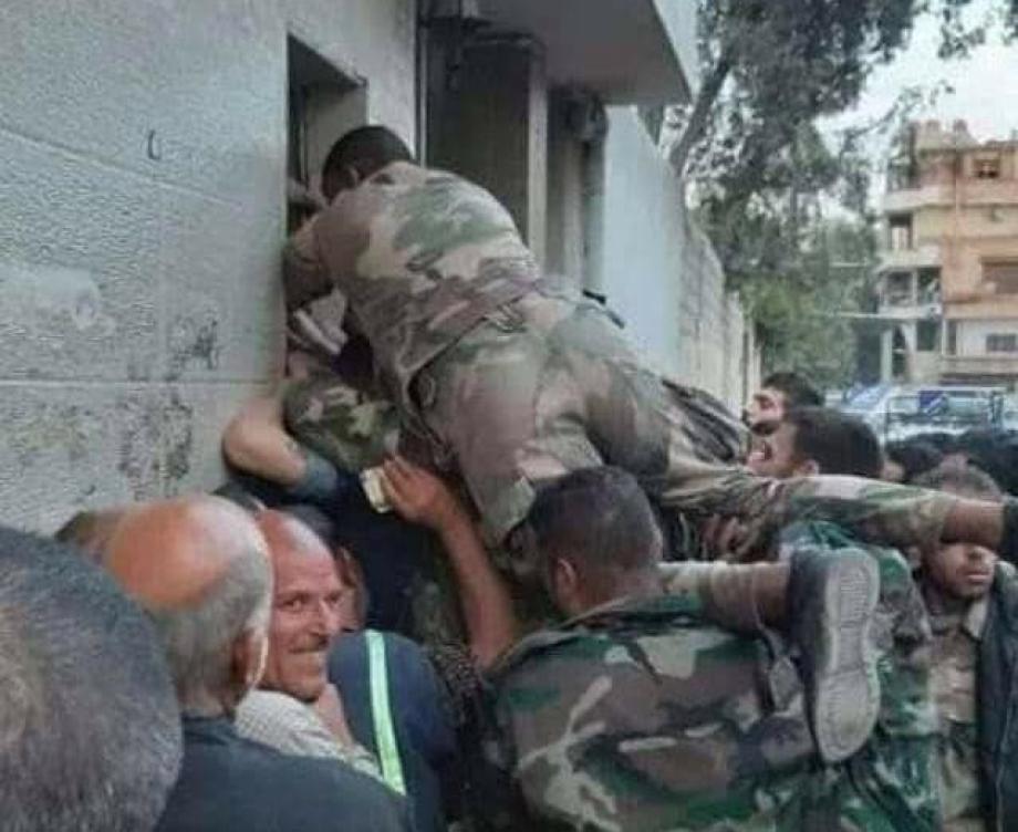 الطوابير أمام الأفران بمناطق نظام الأسد