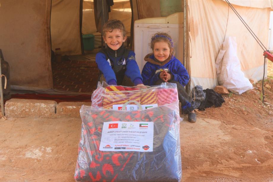 ابتسامة أطفال بعد تلقيهم جزء من تلك المساعدات