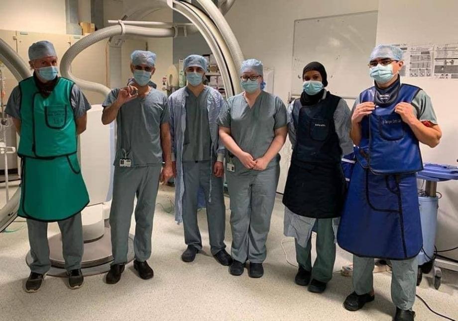 صورة الطاقم الطبي المشارك في إجراء العملية