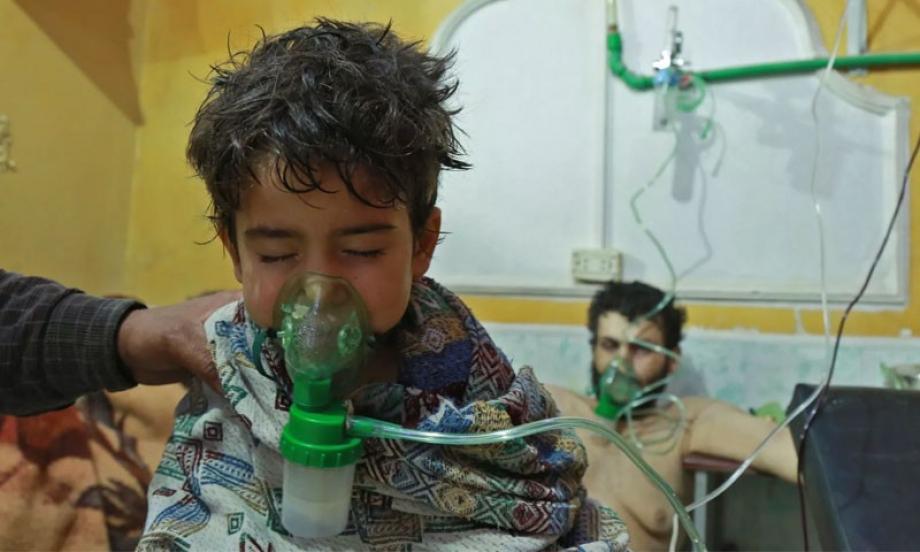 طفل يتلقى العلاج في بعد التعرض لهجوم كيماوي في سوريا