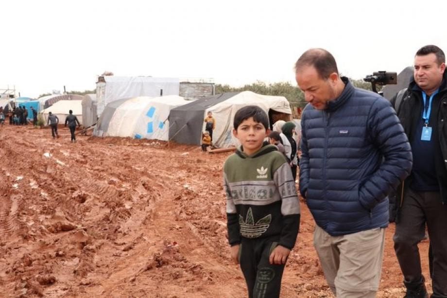 زاهر سحلول خلال تفقده مخيمات النازحين في سوريا