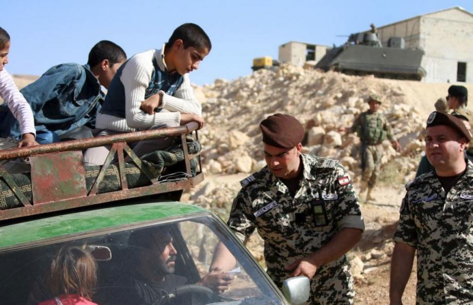 سوريون على الحدود السورية اللبنانية