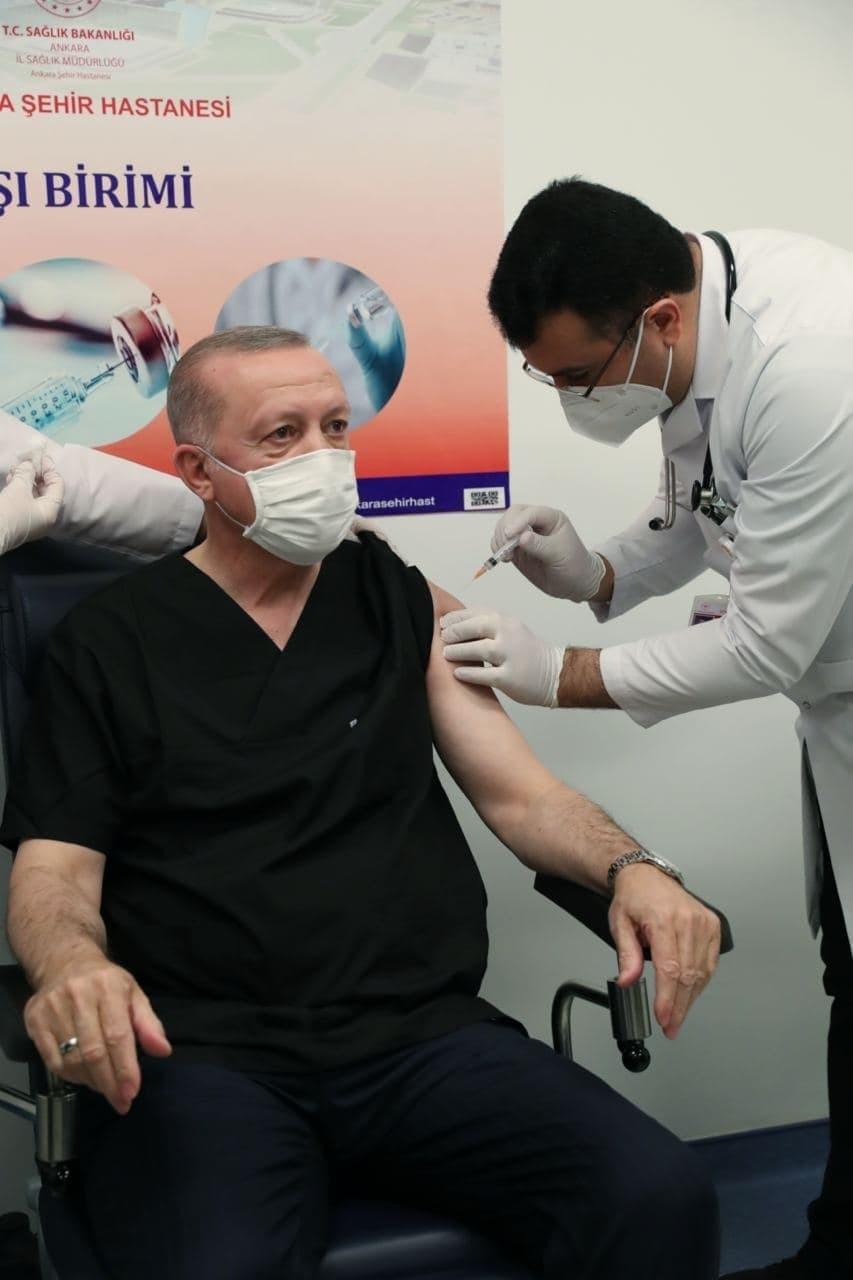 الرئيس أردوغان يتلقى جرعة لقاح كورونا الأولى.jpg